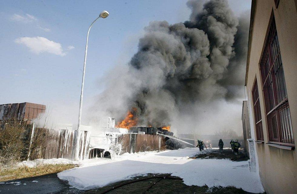Požár v areálu bohdanečské firmy Transform zachvátil několik set kilogramů plastových výlisků. Hasiči s požárem bojovali několik hodin.