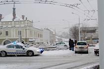 Příčinou nehody na kruhovém objezdu v Lázních Bohdanči byla technická závada způsobená mrazem. Nefungovalo dobíjení autobaterie.