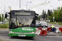 Opravovaný kruhový objezd na Poděbradské ulici komplikuje průjezd vozidel MHD i nákladních aut.