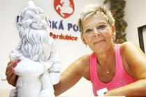 Pavla Morávková od pardubické městské policie odchází jako první žena do důchodu a po dvaceti letech služby. Jako jeden z dárků od kolegů dostala trpaslíka. Prý jí doma vyroste...