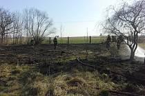Doslova pár vteřin a z vypalování trávy na pár metrech byl požár na půl hektaru.