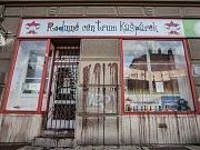 """Výloha, dveře, stěny. Extremisté v Pardubicích takto v noci """"vyzdobili"""" Rodinné centrum Kašpárek."""