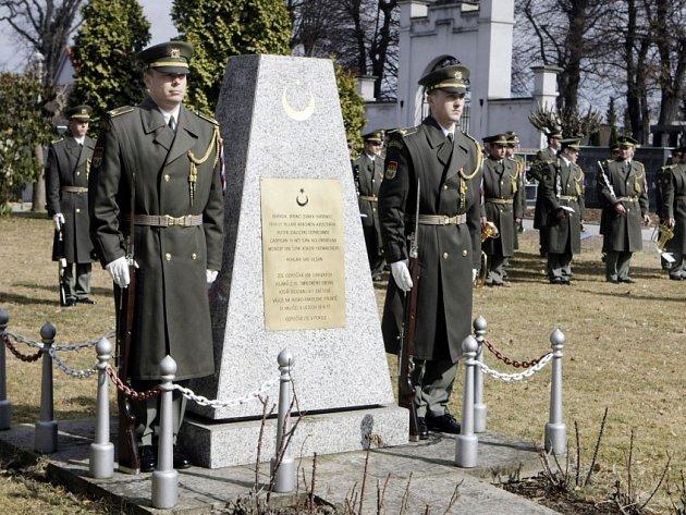 Zástupci tureckého velvyslanectví se sešli na pardubickém hřbitově k uctění památky 508 padlých tureckých vojáků, kteří bojovali v první světové válce na Rusko-rakouské frontě.