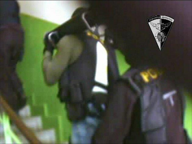 Policejní zásahovka na cestě k označenému bytu