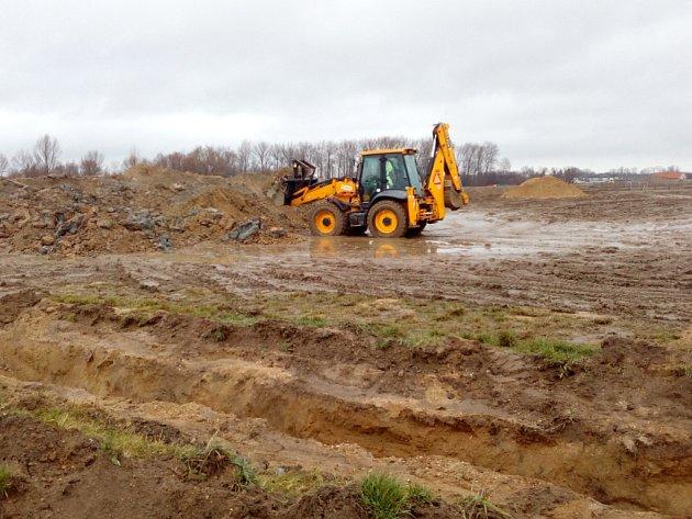 Stroje na budoucím staveništi nejen odkryly ornici, ale pustily se ido hloubení kanalizace.