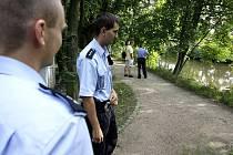 Policisté prohledávali břeh aby zjistili, kde přesně k pádu do vody došlo