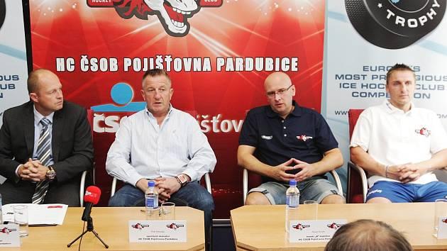 S podstatnými novinkami seznámili novináře na tiskové konferenci představitelé HC ČSOB Pojišťovna Pardubice. Zleva generální manažer Ondřej Šebek, sportovní manažer Petr Hemský, trenér Pavel Hynek a kapitán Aleš Píša.