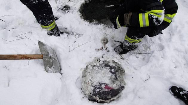 Odhozenou kradenou tašku museli z ledu vysekat hasiči