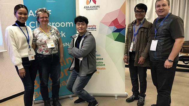 Manželé Chalupníkovi v Tokiu s kolegy z Laosu, Kambodže a Jižní Korey.