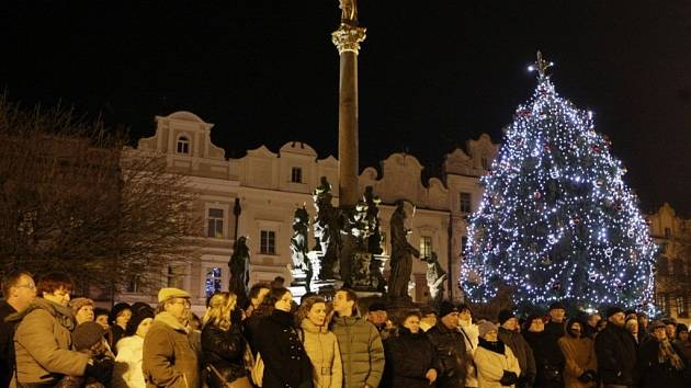 Štědrovečerní procházka a zpívání koled na Pernštýnském náměstí patří k pardubickým tradicím.