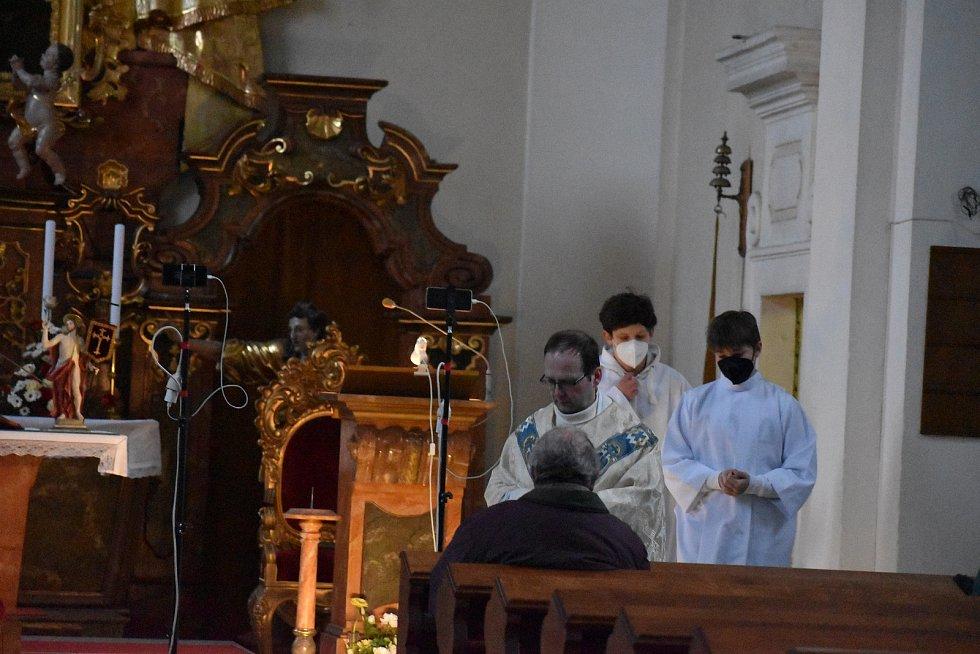 Dveře kostela svatého Martina v Holicích se v sobotu otevřely před sedmou hodinou večerní.