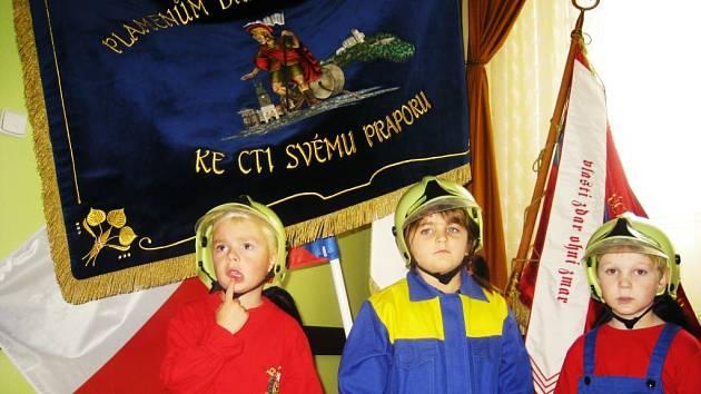 Slavnostní předání praporu dobrovolným hasičům okresu Pardubicka