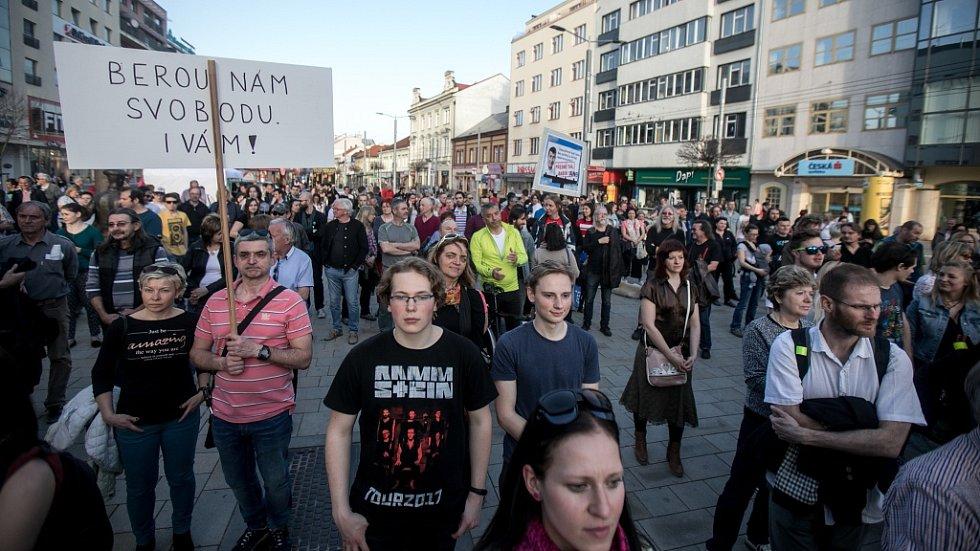 Demonstrace proti Babišovi. Na pardubické třídě Míru protestovalo na 400 lidí.