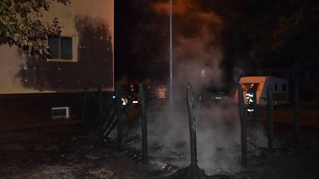 Požár v ulici Svobody v Pardubicích zlikvidoval pět popelnic, ale hrozil také okolním domům.