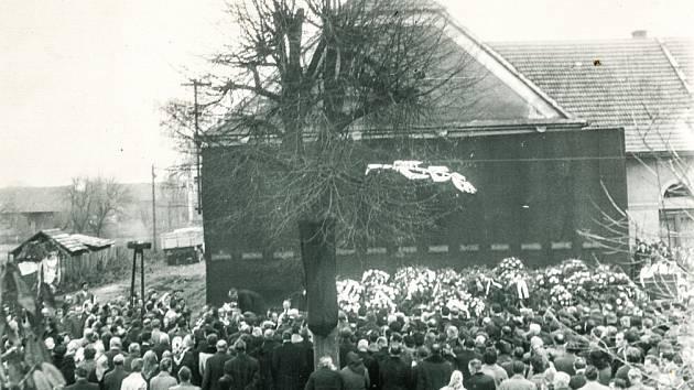 Státní pohřeb obětí neštěstí v Čeperce 19. listopadu 1960. Rozloučení se konalo před místní sokolovnou.