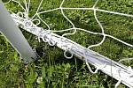 Ze tří přenosných branek na choltickém hřišti je pouze jedna ukotvená