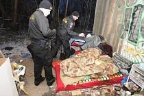 Kontroly příbytků bezdomovců. Takhle to vypadá pod mostem u univerzity.