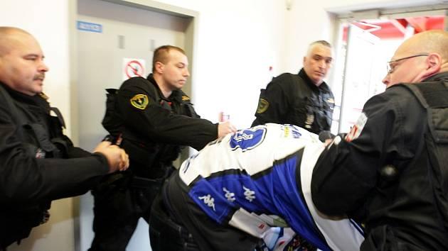 Potyčku mezi fanouškem Pardubic a opilou skupinou Komeťáků vyřídila městská policie rychle.