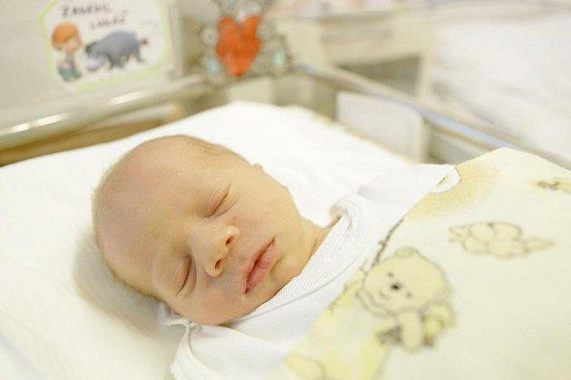 Lukáš Zavadil se narodil 22. listopadu v 19:13 hodin. Měřil 46 centimetrů a vážil 2330 gramů. Maminka Pavlína a tatínek Libor jsou z Pardubic.