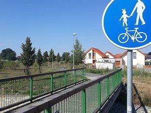 Lávku přes Bylanku ve Svítkově měl nahradit silniční most. Jenže zatímco domy už stojí, most v plánované podobě už na místě být nemůže.