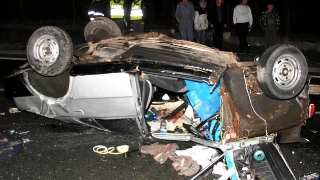 Vrak automobilu, ze kterého hasiči vyprostili dvě osoby. Dvacetiletá dívka však v nemocnici následkům havárie podlehla