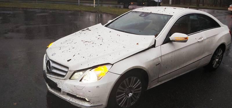 Na projíždějící auto spadl strom v pardubických Polabinách.
