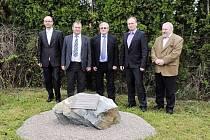 PAMÁTKA EU. Za pár alejí pamětní kámen, jako ten čerstvě odhalený (na snímku)? Tímto tempem za několik let  z krajské správy silničářů možná vznikne geologické muzeum.