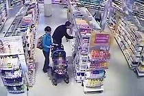 Poznáváte je? Policie v Pardubicích hledá dvojici, která v obchodě ukradla kondomy za 13 500