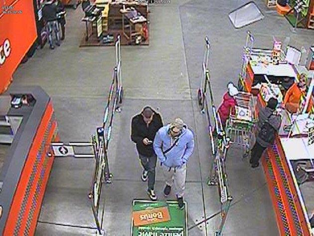 Dva zloděje zachytily kamery. Nejen v Pardubicích, ale také v Liberci a Karlových Varech.
