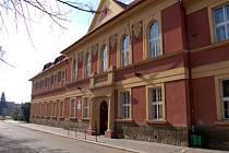 Budova 1. stupně ZŠ Komenského má teď díky demolici větší školní dvůr.