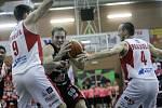 Basketbalové utkání Kooperativy NBL mezi BK JIP Pardubice (v bíločerném) a DEKSTONE Tuři Svitavy (v černém) v pardubické hale na Dašické.