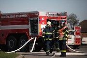 Cvičení dobrovolných hasičů z Libišan a Lázně Bohdaneč na požár skladovací haly.