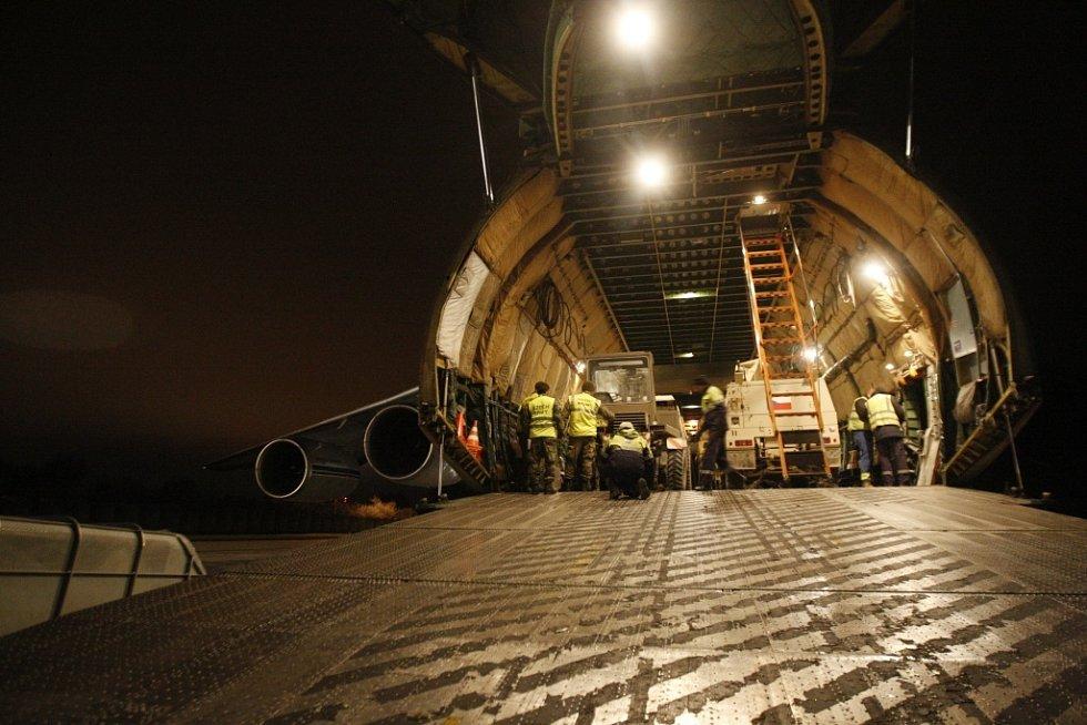 Noční vykládka materiálu z Afghanistánu z letounu Ruslan.