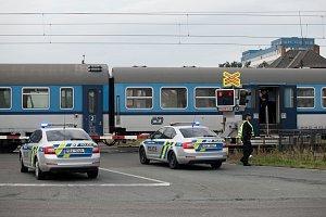 Pod vlak v Pardubicích na hlavním železničním koridoru skočil sebevrah. Souprava zastavila na přejezdu na Dašické. I ten bude proto pro vozidla uzavřen do odstranění následků.