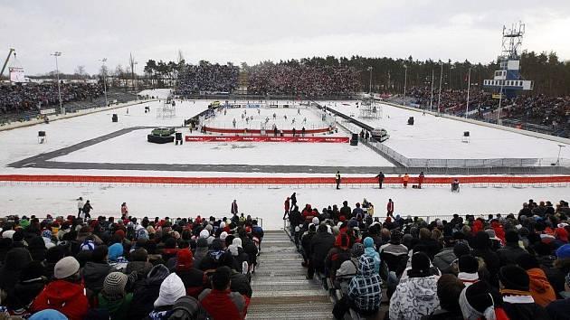 Pardubičtí hokejisté zvítězili nad Kometou Brno 4:2. Utkání se odehrálo pod širým nebem na plochodrážním stadionu ve Svítkově.