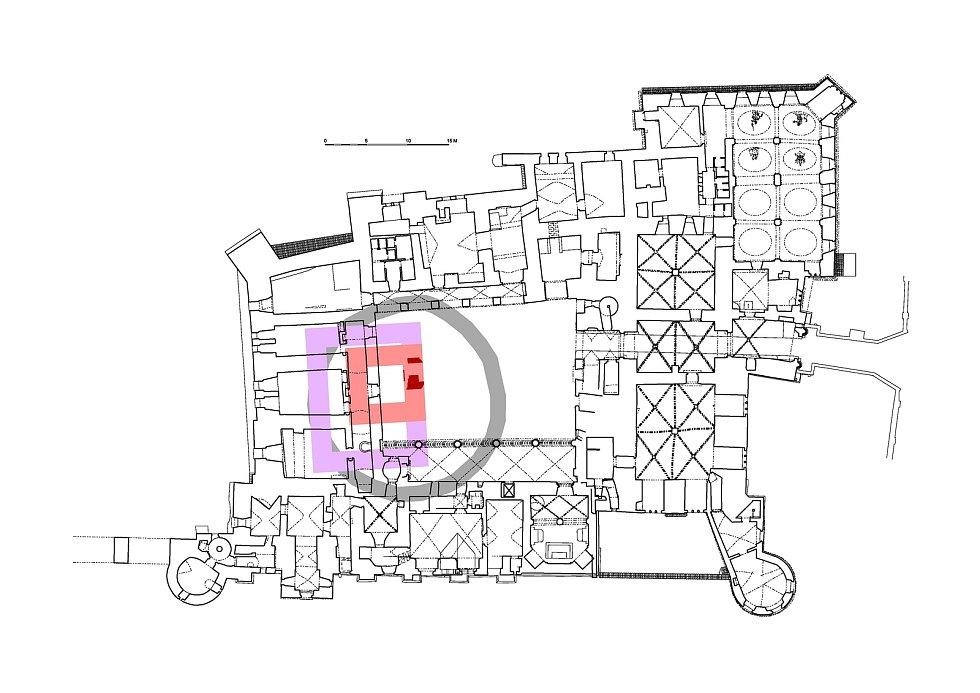 Půdorys přízemí zámku v Pardubicích se zakreslením nalezené zdi: tmavě červeně - archeologicky odhalený fragment zdi, světle červeně - hypotetická rekonstrukce minimálního rozsahu věže, fialově - hypotetická rekonstrukce maximálního rozsahu věže, šedě - h