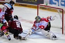 HC Sparta Praha - HC Dynamo Pardubice: David Tomášek ze Sparty (druhý zprava) střílí gól brankáři Pardubic Konstantinu Barulinovi.