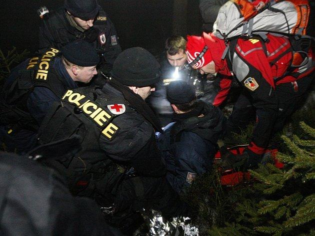 Cvičení pardubické krajské pořádkové jednotky na vyhledávání ztracených osob v těžkém terénu.