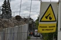 Oprava nadjezdu u pardubické nemocnice se začíná komplikovat. Dělníky nejdříve překvapil azbest, nyní se ukázalo, že jsou špatné i mostní pilíře.