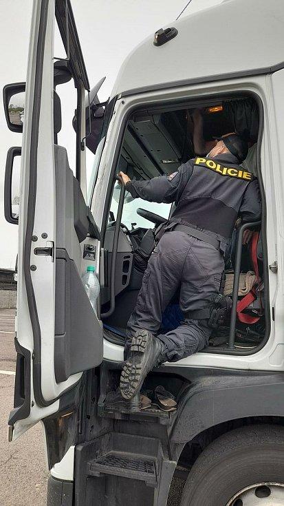 Policisté kontrolovali, jak řidiči kamionů přepravují nebezpečné náklady.