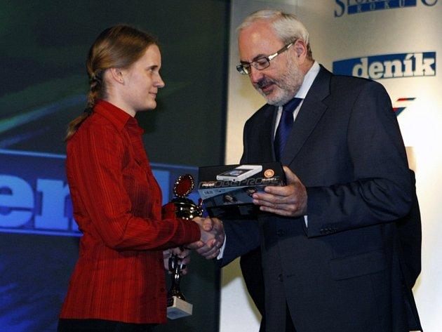 Veronika Krčálová, mistryně světa v rádiovém orientačním běhu, vyhrála čtenářskou anketu Deníku o nejúspěšnějšího sportovce okresu. Cenu za náš list předal Karel Tejkl.