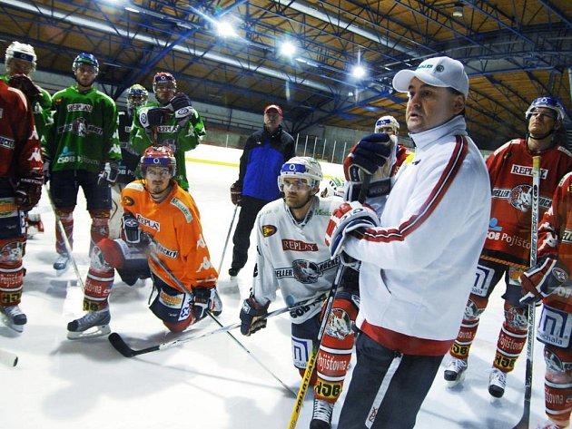 Zbyněk Kusý s hokejisty HC Moeller Pardubice