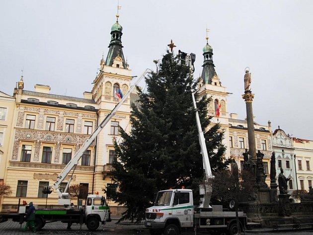 Stavba vánočního stromu v Pardubicích na Pernštýnském náměstí