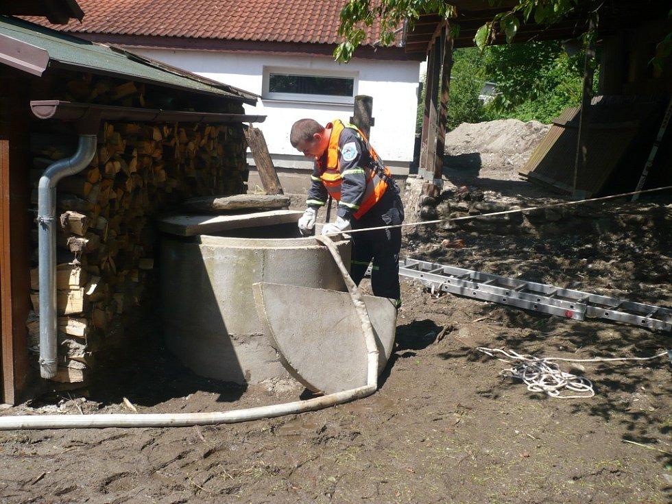 """Čerpání studny byla jedna z těch """"lehčích"""" prací."""