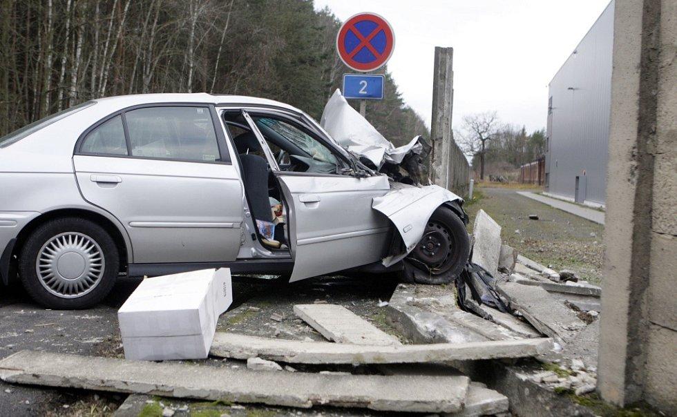 Nehoda u Opočínku. Automobil prorazi betonovou zeď.