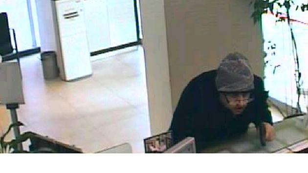 Pachatele loupeže v pobočce Komerční banky na ulici Jana Palacha v Pardubicích. Muž se maskoval dioptrickými brýlemi.