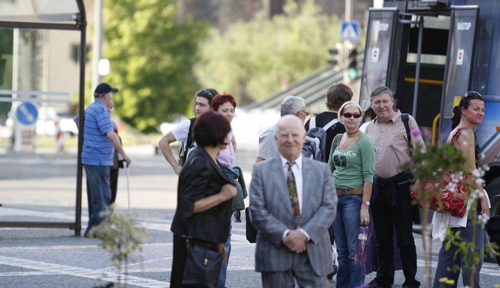 Jediní zájemci  z řad veřejnosti o podivnou skupinu demonstrantů byli návštěvníci divadelního představení