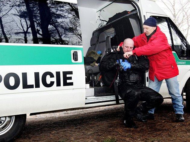 Z opatovického písníku lovil policejní potápěč trezor, který tam odhodila trojice pachatelů