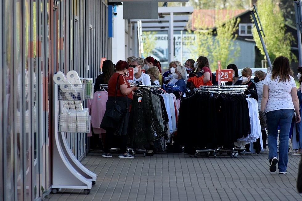 Otevřené obchody v Pardubicích: fronty na oblečení, rozestupy žádné