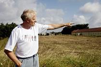 Václav Průšek ukazuje pozemek, který nechal podnikatel Luděk Zahradník kvůli zisku zavézt zeminou ze stavby